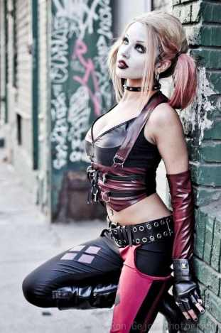 harley-quinn-with-her-back-against-the-wall-photo-u1